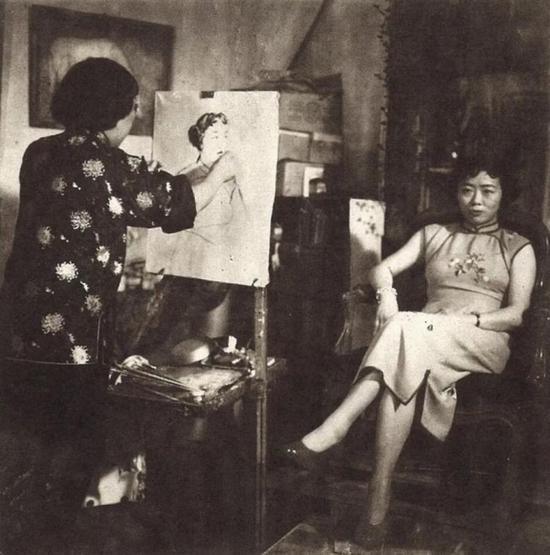 潘玉良在画室为女模特写生