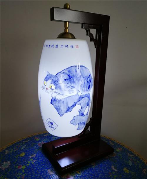 王纯祥《菱眼猫》青花瓷灯具