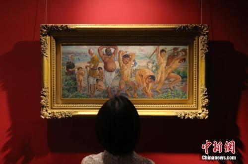 今年6月春拍前,徐悲鸿油画《愚公移山》亮相预展。 中新社记者 杨可佳 摄