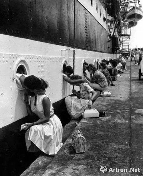 战争总是伤感的,但也有温情的一面,二战士兵临别前的集体之吻 1940 年