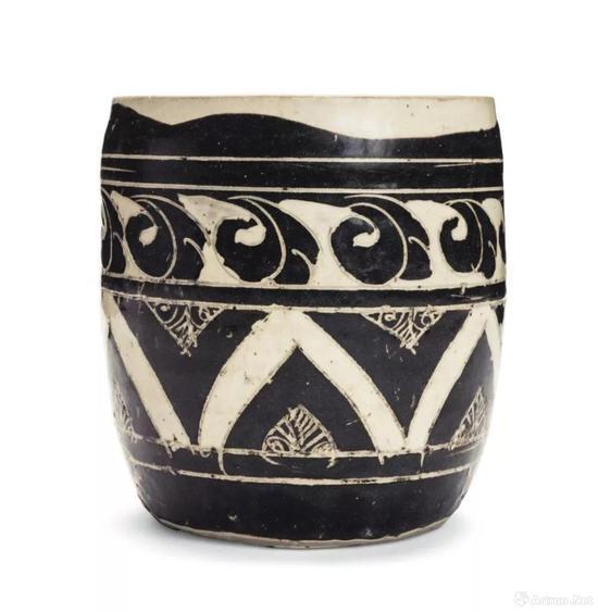 金 磁州窑黑剔花几何纹罐 高 18 cm。