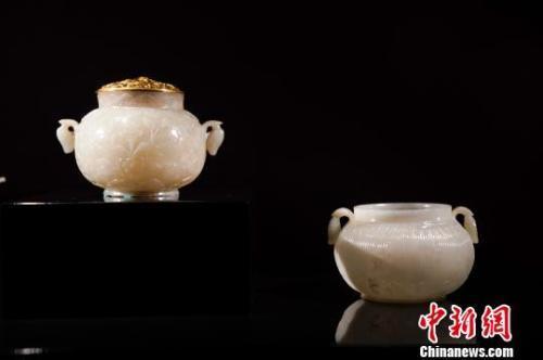 """故宫博物院藏""""青玉浮雕绘画纹炉""""(左)和阿勒萨尼收藏""""双耳罐""""(右) 杜洋 摄"""