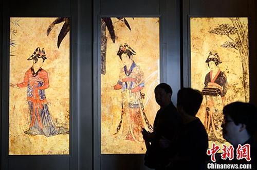 """资料图:""""5·18国际博物馆日""""活动在呼和浩特开幕。5月18日,民众观看《梦幻契丹》展览。中新社记者 刘文华 摄"""