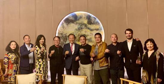 展览前夜,庄东辉先生宴请到场嘉宾,为明日的展览干杯