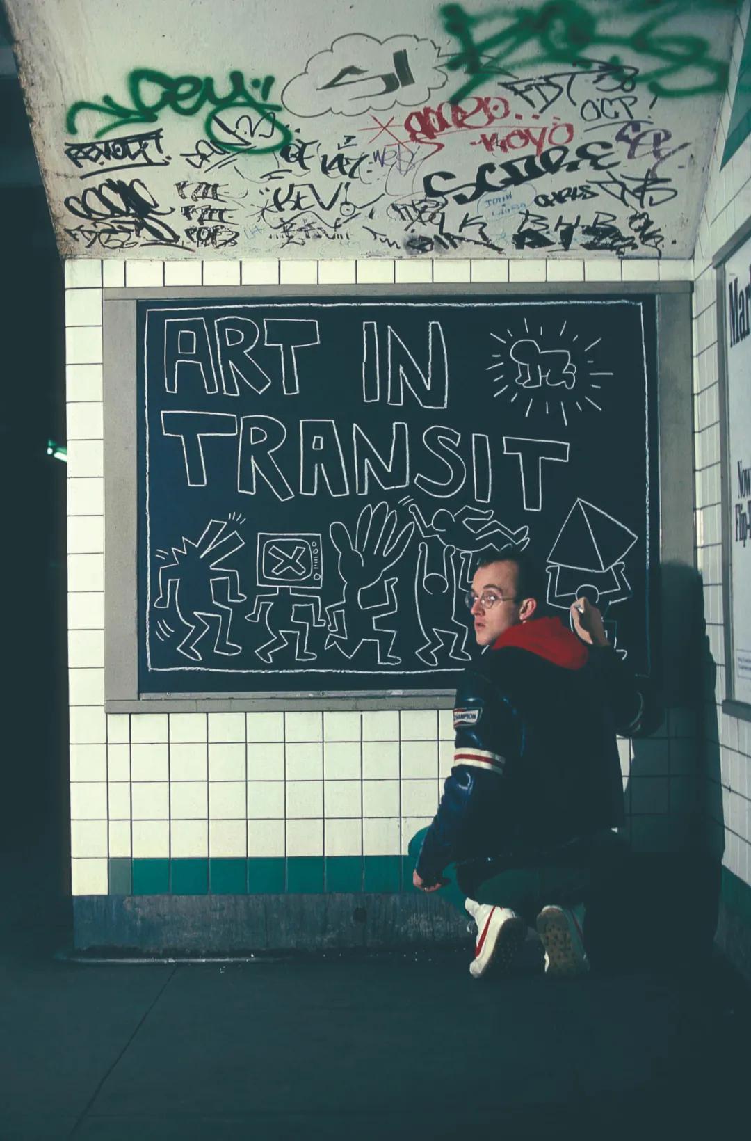 基思·哈林在纽约地铁站作画图片:《卫报》