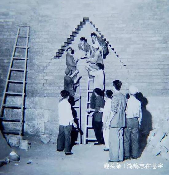 定陵发掘现场:郭沫若现场指导文物提取
