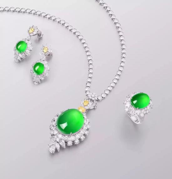 天然满绿翡翠配钻石吊坠、戒指及耳钉