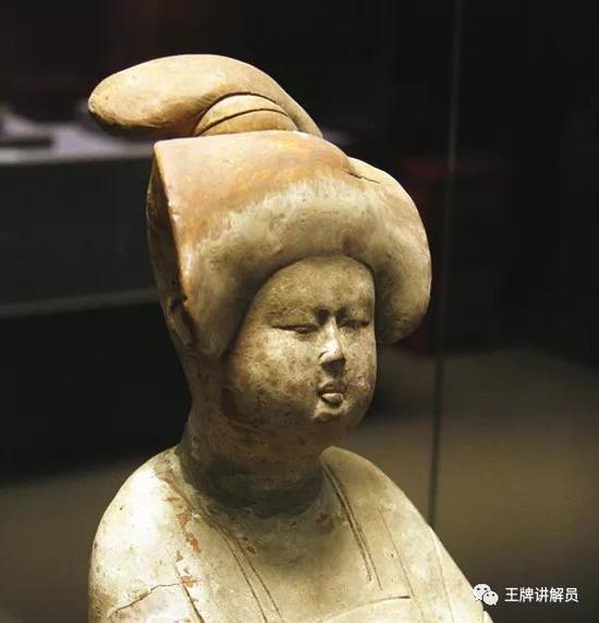 高髻女俑,唐代,西安博物院藏