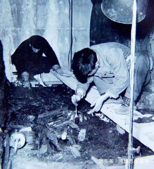 考古人员正在小心翼翼地发掘墓中的物品。