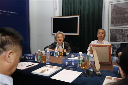 中国工艺美术学会副理事长唐克美在会上讲话