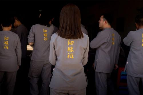 """专程为此次而定制的""""细妹班""""统一服饰,传达坚守中华传统文化中的传承谱系的理念"""