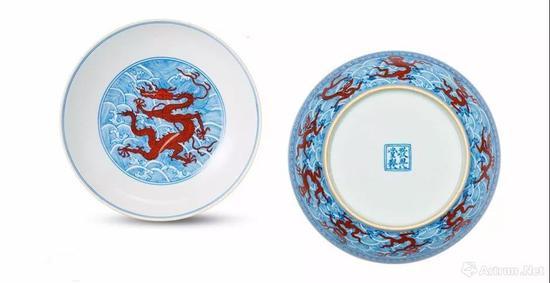 清18世纪 青花矾红海水龙纹盘一对 双方框'敬畏堂制'楷书款