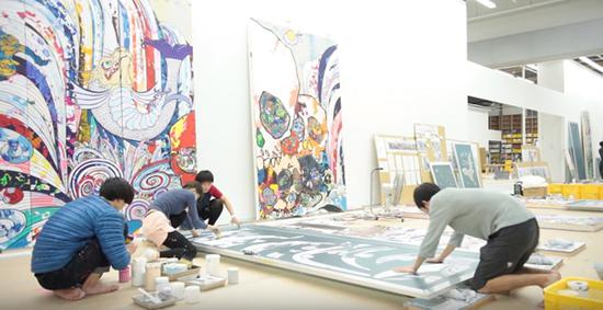"""村上隆有一个上百人的工作团队,包括超过 80 名 CG 制作人员,""""就像一个电影工作室。""""截图来自:Museum of Contemporary Art Chicago / YouTube"""