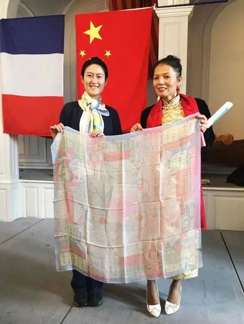 旅徳艺术家廖新怡为市议员献上德国城市丝巾