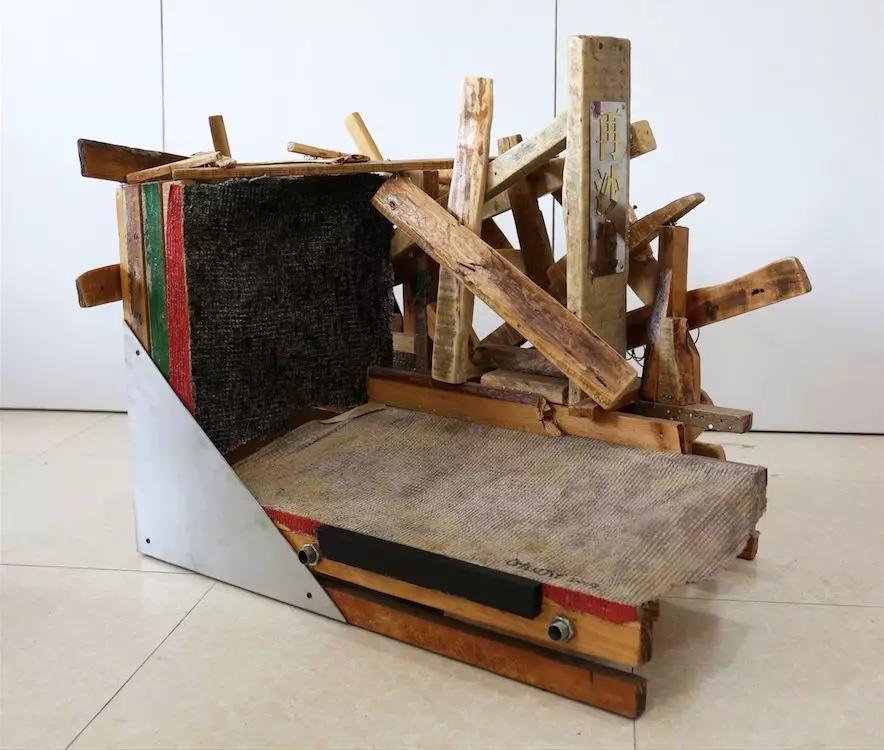 《再沙发-1》 82×78×66cm 木、铁、不锈钢、布、丙烯、 VAE乳胶 2018-2019