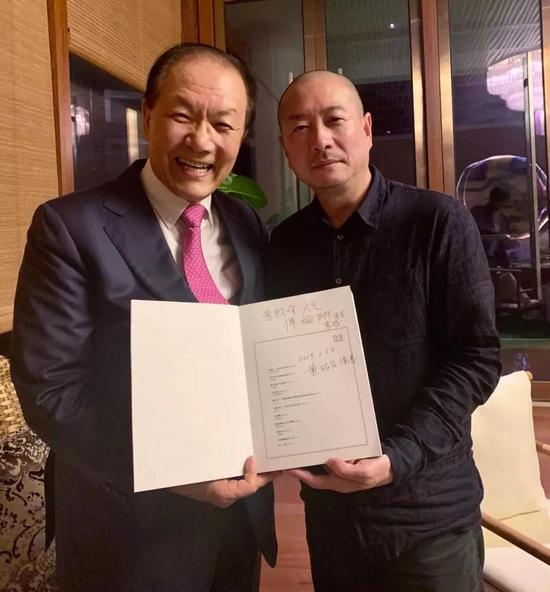 傅榆翔将画册赠送给黄祐吕先生