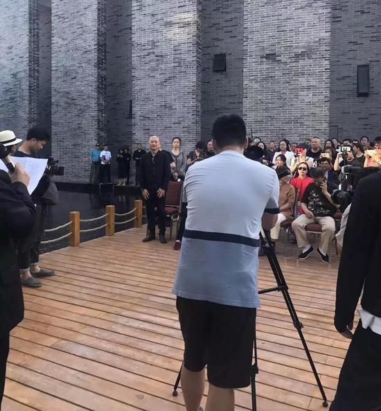 主持人为来宾们介绍艺术家傅榆翔
