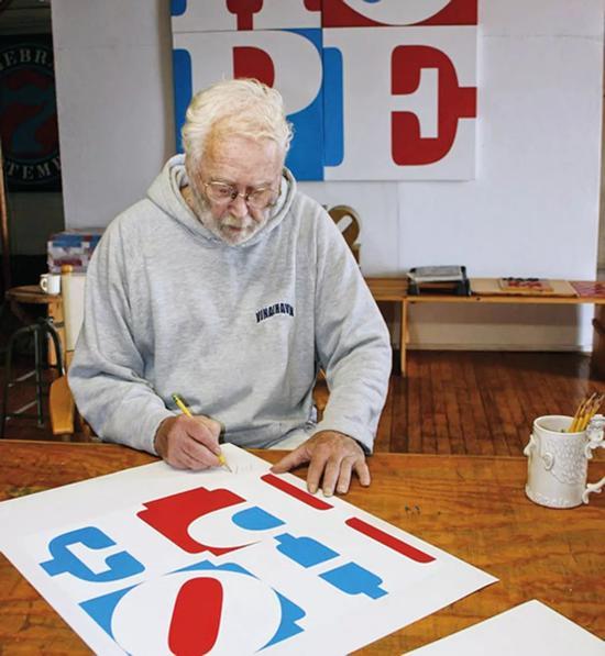罗伯特・印第安纳正在创作《HOPE》绘画