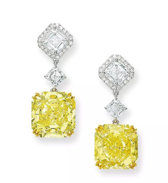 Lot 883   精美8.88及8.88克拉天然彩黄色内部无瑕   及VVS1净度钻石配钻石吊耳环   成交价: HK$ 4,720,000