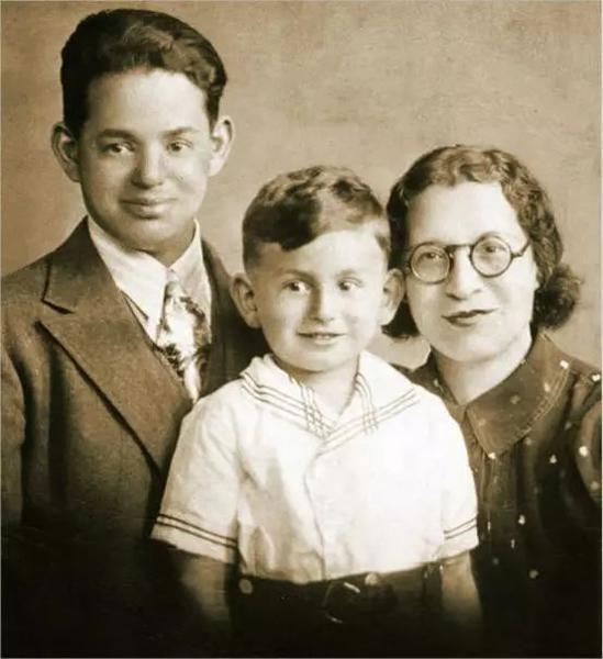 少儿伊莱·布罗德与家人