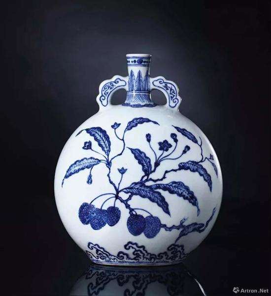 NO.2 清雍正青花如意耳荔枝纹抱月瓶  成交价:1416万港币