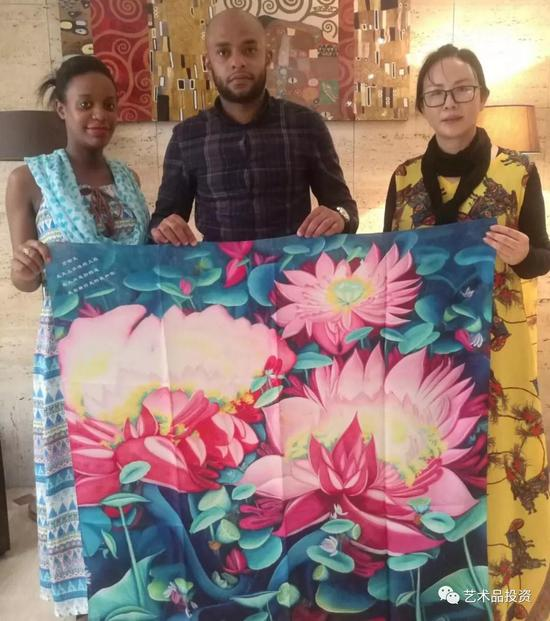 科摩罗驻华大使的助理巴卡斯夫妇在巴黎出席画展并收藏沈春霞老师的作品