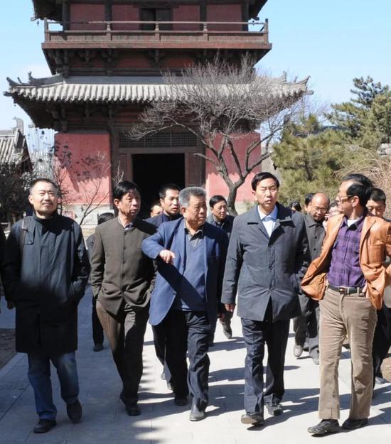 右起:右二耿彦波市长、右三安大钧主任、右五陈云岗教授 ,察看寺庙修复。