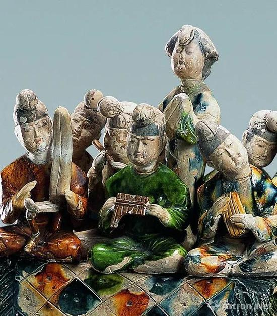 唐代三彩载乐骆驼俑,中间的女立俑梳倭堕髻