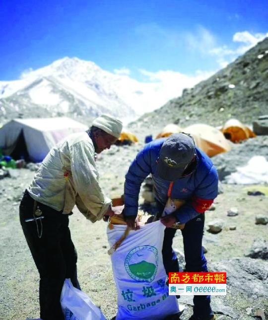 在珠峰大本营,每年都会组织垃圾清扫工作。