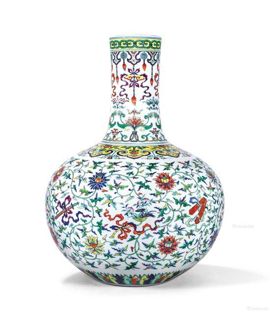 乾隆 斗彩加粉彩暗八仙缠枝莲纹天球瓶 高53.9厘米