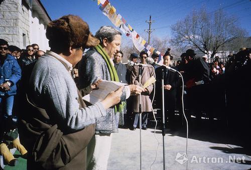 劳森伯格和一名西藏官员在其拉萨展览的开幕式上  西藏展览馆 1985年12月5日