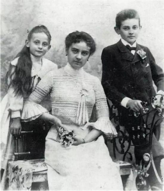 席勒和姐姐Melanie(中间),1901年