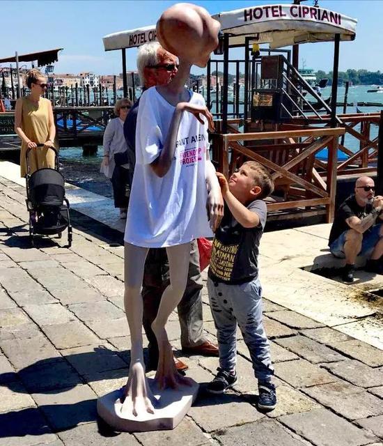 外星人在威尼斯公共空间受到游客们的喜爱