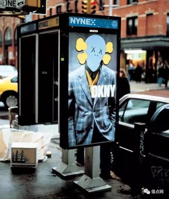 ▲ KAWS恶搞的DKNY广告
