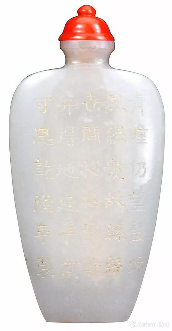 白玉烟壶 高7.2厘米,宽3.6厘米,厚0.8厘米。