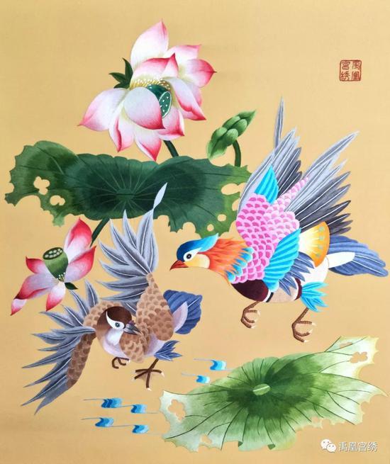 作品《山水衣韵》将中国山水名画《峒关蒲雪》绣制在薄如蝉翼的丝绸上,裁剪成为风情浓郁的汉式时装