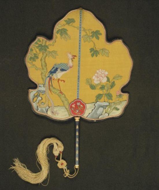 图:黄色缂丝凤栖梧桐图团扇 故宫博物院藏