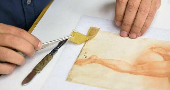 佛罗伦萨大学的一位科学家用一种新技术去除一副疑似米开朗基罗绘画(16世纪)中的一块胶带。 图片:Courtesy of the Proceedings of the National Academy of Sciences