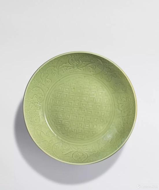 拍品编号36 明 十五世纪 龙泉窑青釉划花卉纹大盘