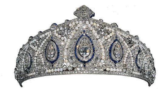 本次展览汇聚了29顶精美绝伦的冠冕,代表了卡地亚冠冕不同时期的经典风格。