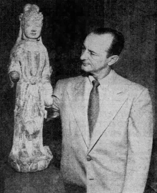 史蒂芬-琼肯三世与本场拍品编号15合照,刊于《芝加哥论坛报》,1952年9月7日