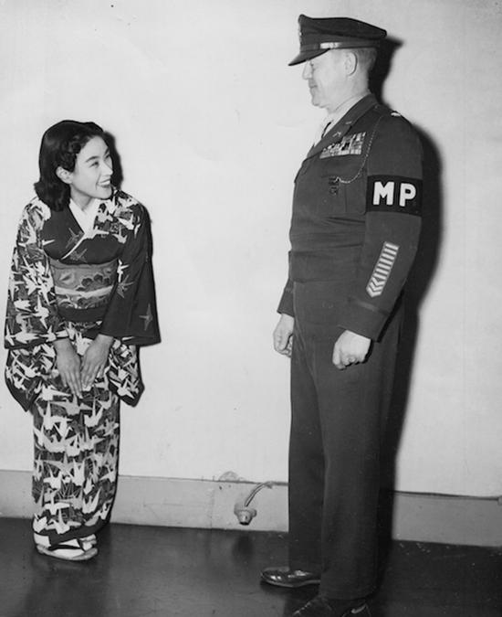 1948年1月15日,远东国际军事法庭宪兵司令肯沃斯中校和他的客人