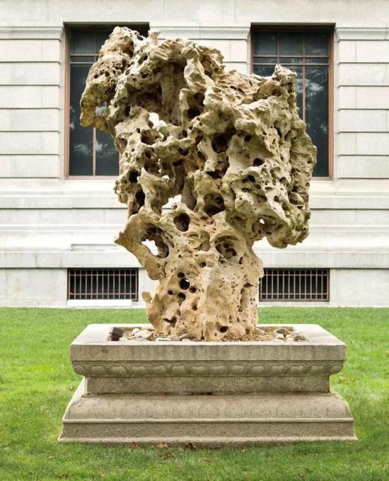 艺术家、收藏家理查德·罗森布鲁姆和亚洲艺术之友团体一同向美术馆捐赠的太湖石