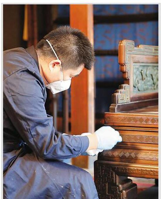 养心殿项目保护性修缮前,故宫博物院工作人员进行文物撤陈