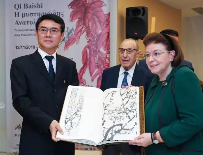 北京画院党委书记刘宝华先生向希腊共和国文化和体育部部长莉娜?门佐尼女士捐赠《北京画院藏齐白石全集》