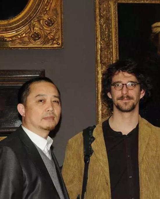 张天志与法国著名当代艺术批评家、著名原生艺术理论家巴蒂斯特· 布朗共同参观卢浮宫