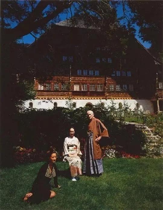 巴尔蒂斯(右一)在大木屋前与节子(左二)的合影