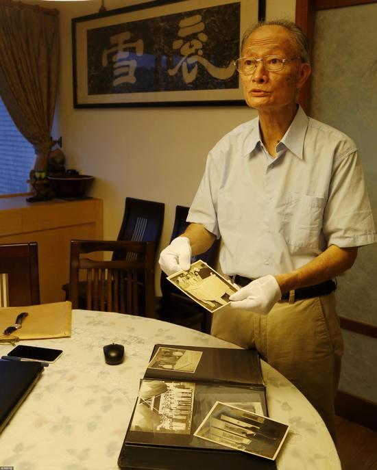 2018-05-24,台湾,庄严之子庄灵向记者展示故宫文物南迁时期的历史照片。/视觉中国