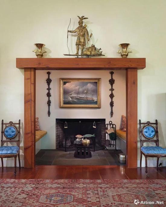 纽约哥伦比亚县四风庄园的壁炉架,上面摆放着Massasoit镀铜印度风向标