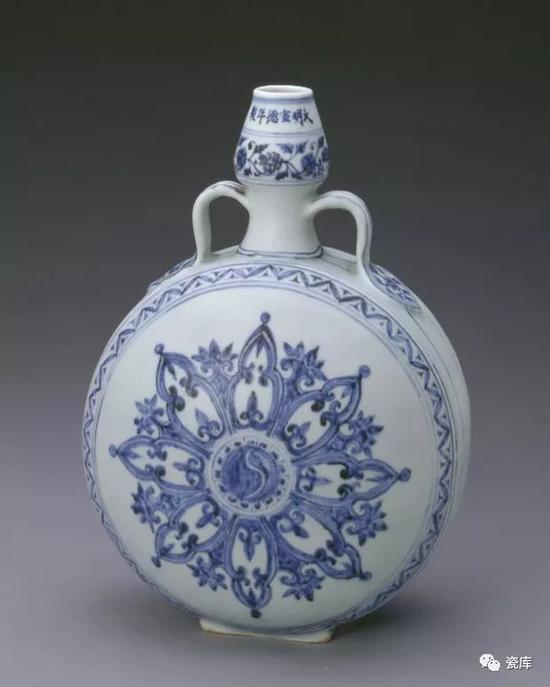 此葫芦扁壶型为明永乐时的创新器形,